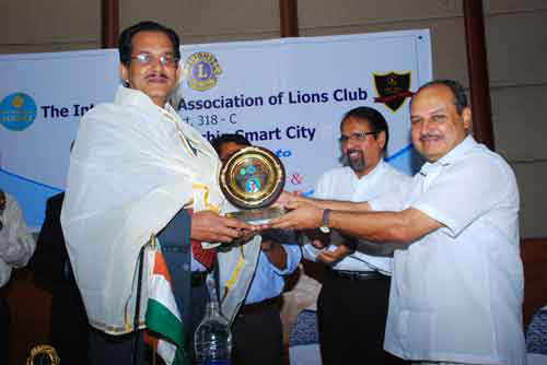 Laparoscopic Surgeon India receiving award for Lions Club